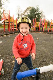 公園でスクーターで遊ぶ男の子の写真素材 [FYI02648968]