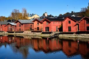 川岸に並ぶ旧市街の赤茶色の木製倉庫群の写真素材 [FYI02648982]