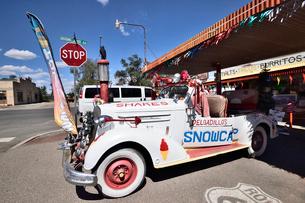 昔懐かしい車を飾っているルート66沿道にある町セリグマンの写真素材 [FYI02648988]