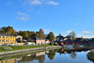 川岸に並ぶ旧市街の赤茶色の木製倉庫群の写真素材 [FYI02648995]