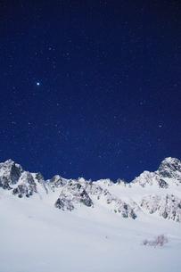 月夜の宝剣岳とサギダルの頭と星空の写真素材 [FYI02649000]