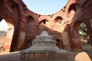 インドで一番高い塔があるクトゥブ・ミナールの複合建築群の写真素材 [FYI02649005]