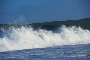 早朝のパポハクビーチに打ち寄せる波の写真素材 [FYI02649012]