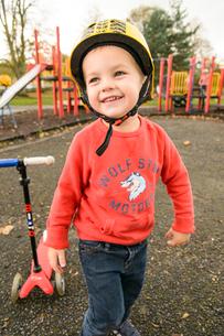 公園でスクーターで遊ぶ男の子の写真素材 [FYI02649024]