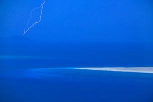 嘉比島の砂州と阿波連岬灯台に落ちる雷の写真素材 [FYI02649026]