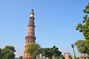 インドで一番高い塔があるクトゥブ・ミナールの複合建築群の写真素材 [FYI02649032]