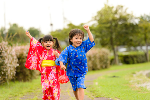 公園を元気に歩く浴衣の子供の写真素材 [FYI02649039]
