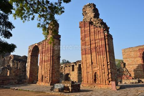 インドで一番高い塔があるクトゥブ・ミナールの複合建築群の写真素材 [FYI02649167]