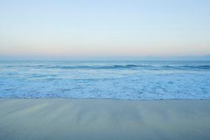 早朝のパポハクビーチに打ち寄せる波の写真素材 [FYI02649173]