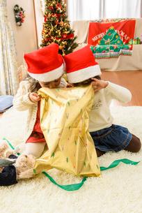 クリスマス飾りの部屋で遊ぶ女の子の写真素材 [FYI02649200]