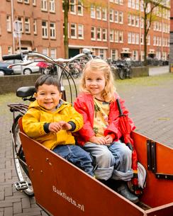 自転車の荷台に乗る女の子と男の子の写真素材 [FYI02649203]