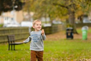 公園をかけっこする男の子の写真素材 [FYI02649231]