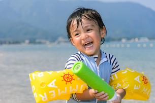 水鉄砲で遊ぶ男の子の写真素材 [FYI02649265]