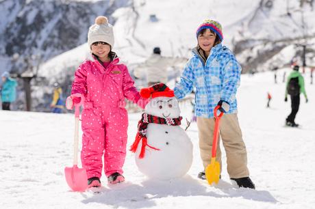 雪だるまと子供の写真素材 [FYI02649274]