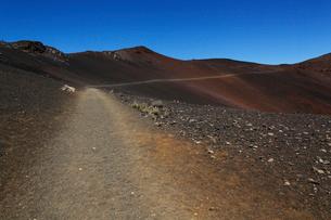 ハレアカラ山頂スライディング・サンズ・トレイルと青空の写真素材 [FYI02649277]