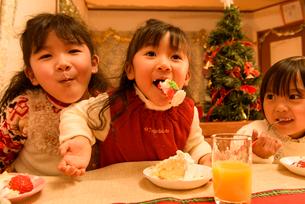 クリスマスケーキを食べる女の子の写真素材 [FYI02649278]