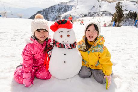 雪だるまと子供の写真素材 [FYI02649291]