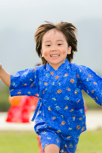 駆けっこする浴衣の男の子の写真素材 [FYI02649295]