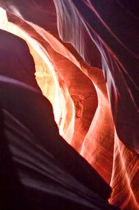 赤味を帯びた沢山の縞模様の地層があるアンテロープ・キャニオンの写真素材 [FYI02649302]