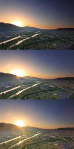 千曲公園から望む千曲川と上田市街と上田原古戦場と朝日の写真素材 [FYI02649332]