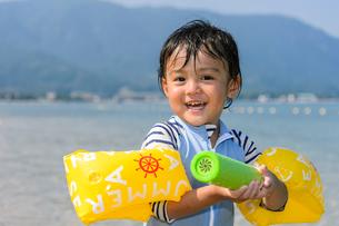 水鉄砲で遊ぶ男の子の写真素材 [FYI02649339]