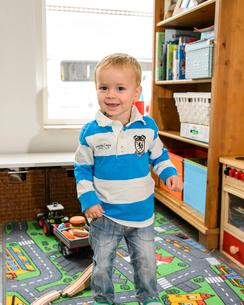 おもちゃで遊ぶ男の子の写真素材 [FYI02649364]
