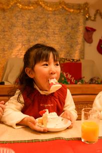 クリスマスケーキを食べる女の子の写真素材 [FYI02649365]