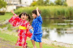 公園を元気に歩く浴衣の子供の写真素材 [FYI02649368]