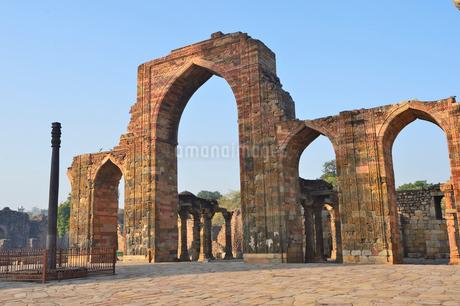 インドで一番高い塔があるクトゥブ・ミナールと複合建築群の写真素材 [FYI02649371]