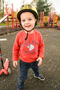 公園でスクーターで遊ぶ男の子の写真素材 [FYI02649380]