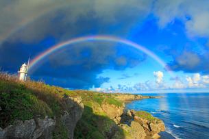 喜屋武岬の岩壁と喜屋武岬灯台と虹の写真素材 [FYI02649416]