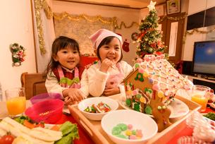 クリスマスのお菓子の家を作る女の子の写真素材 [FYI02649417]