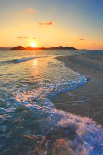 安慶名敷島の砂州に打ち寄せる波と安室島と朝日の写真素材 [FYI02649450]