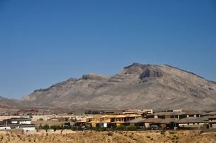 建ち並ぶ家と岩山の写真素材 [FYI02649468]