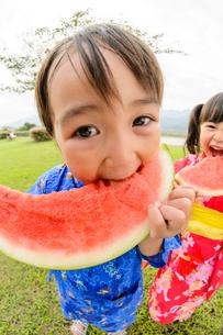 スイカを食べる浴衣の子供の写真素材 [FYI02649476]