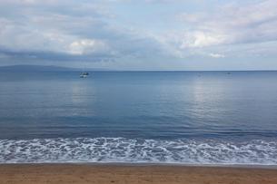 早朝の光に輝く穏やかなマアラエア湾キヘイ ビーチの写真素材 [FYI02649482]