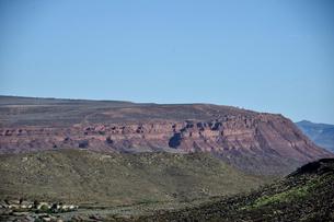 地層が見える平たい岩山の写真素材 [FYI02649487]