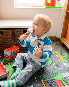 ソフトクリームを食べるマネの男の子の写真素材 [FYI02649492]