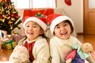 クリスマス飾りの部屋で遊ぶ女の子の写真素材 [FYI02649500]