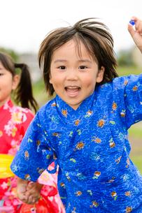 手をつないで歩く浴衣の子供の写真素材 [FYI02649529]