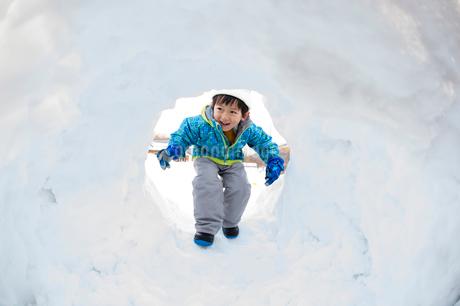 カマクラに入る子供の写真素材 [FYI02649531]