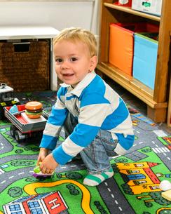 おもちゃで遊ぶ男の子の写真素材 [FYI02649537]