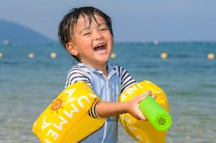 水鉄砲で遊ぶ男の子の写真素材 [FYI02649550]