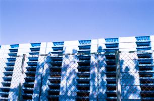 製紙工場金網脇に積まれた青いパレットの写真素材 [FYI02649577]