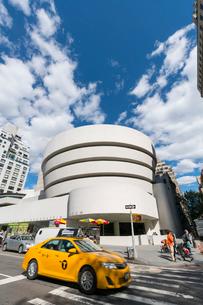 アッパーマンハッタン 五番街グッケンハイム ミュージアムとタクシーの写真素材 [FYI02649582]