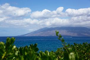 ナウパカと海とマウイ島上に浮かぶ雲の写真素材 [FYI02649583]