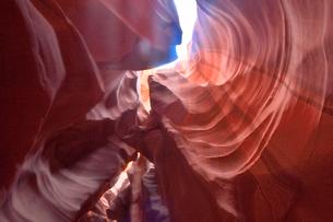 赤味を帯びた沢山の縞模様の地層があるアンテロープ・キャニオンの写真素材 [FYI02649592]