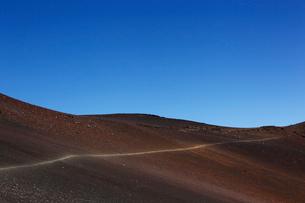 ハレアカラ山頂スライディング・サンズ・トレイルと青空の写真素材 [FYI02649610]
