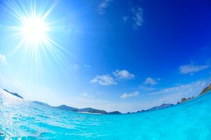 トロピカル色の海と嘉比島など慶良間諸島と太陽の光芒,魚眼の写真素材 [FYI02649640]