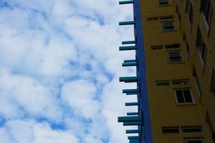 ソーホー ロフトビルと雲の写真素材 [FYI02649643]